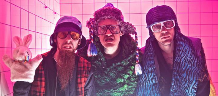 """Mit allerlei Fetisch-Toys und Latex-Outfits huldigen Die Boys in ihrem neuen Video """"Das MILF""""!"""