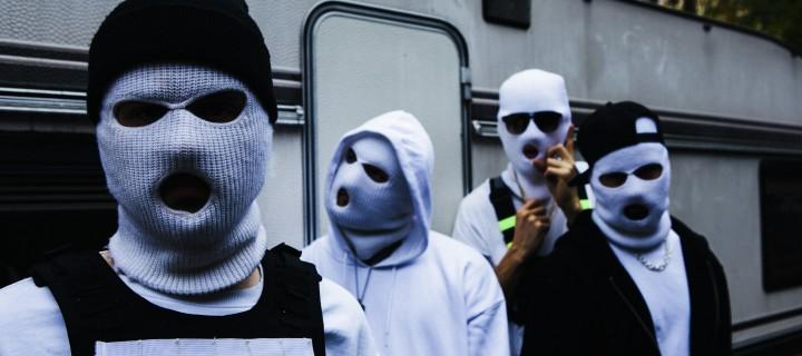 BLUTHUND fackeln alles ab! Zum heutigen Release der Debüt-EP veröffentlicht der Masken-Vierer einen irren One-Shot-Video-Ritt!