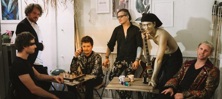 Die Hamburger Kraus veröffentlichen gleich mehrere Videos zur kontroversen zweiten Single aus dem kommenden Album!