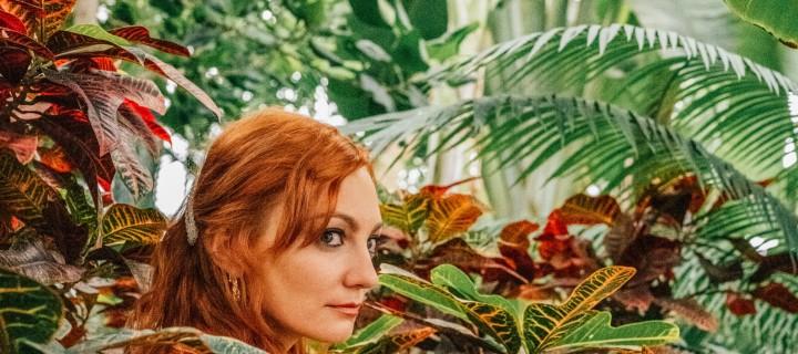 """<br>Mit ihrer neuen Single """"EINGANG"""" eröffnet Alex Mayr uns die Tür zu ihrem im Sommer erscheinenden Album """"PARK""""."""